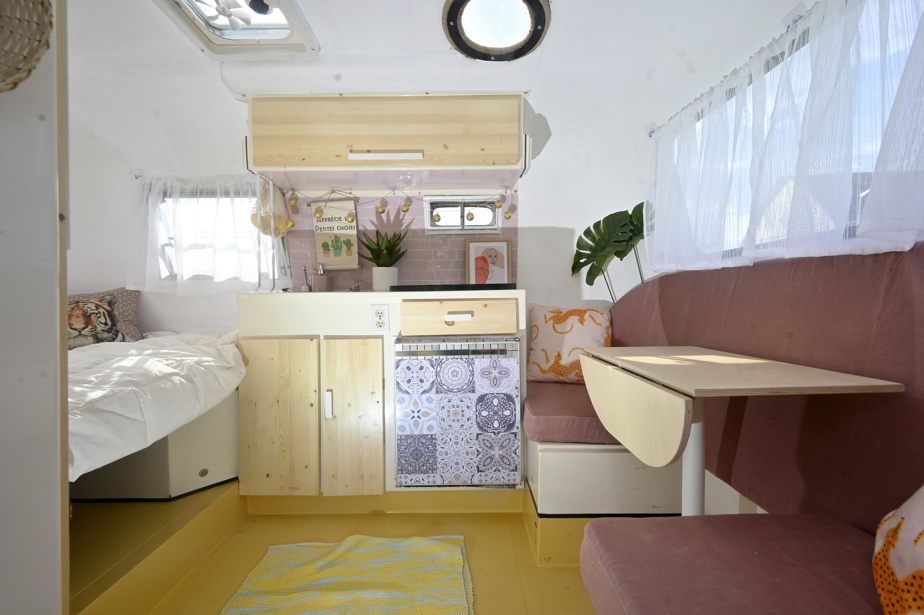 À l'intérieur, un lit deux places, et une petite table, qui peut se transformer en canapé