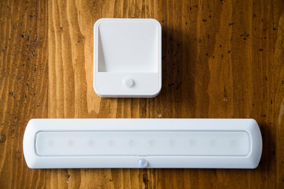 Eugeria propose deux modèles de veilleuse avec détecteur de mouvement, une à batterie et l'autre rechargeable, pour guider les aînés la nuit et leur éviter des chutes.