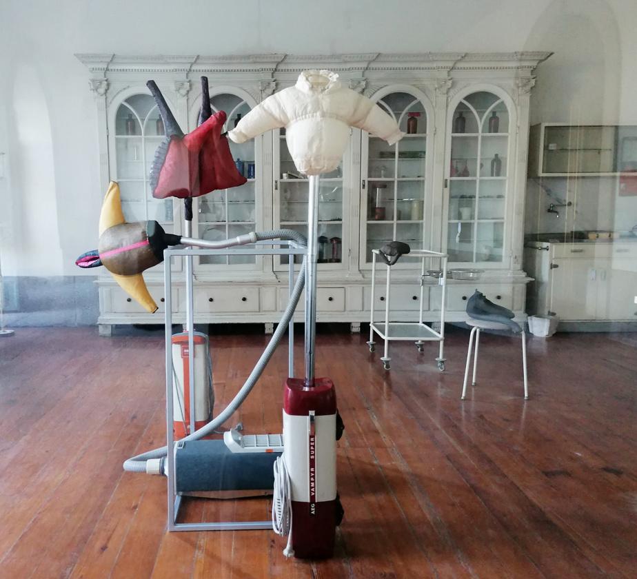 Vue de l'ensemble You say sweeter, I say sweater, exposé cet automne par Stephen Schofield lors de son solo Slyboots, Contextile dans l'ancienne salle opératoire du Convento de Santo António dos Capuchos, à Guimarães, au Portugal.