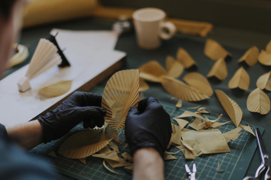 Le studio a développé une série limitée de luminaires en laiton et or plaqué tenant davantage de l'installation artistique comme une pluie divine ou un balai féérique de feuilles.