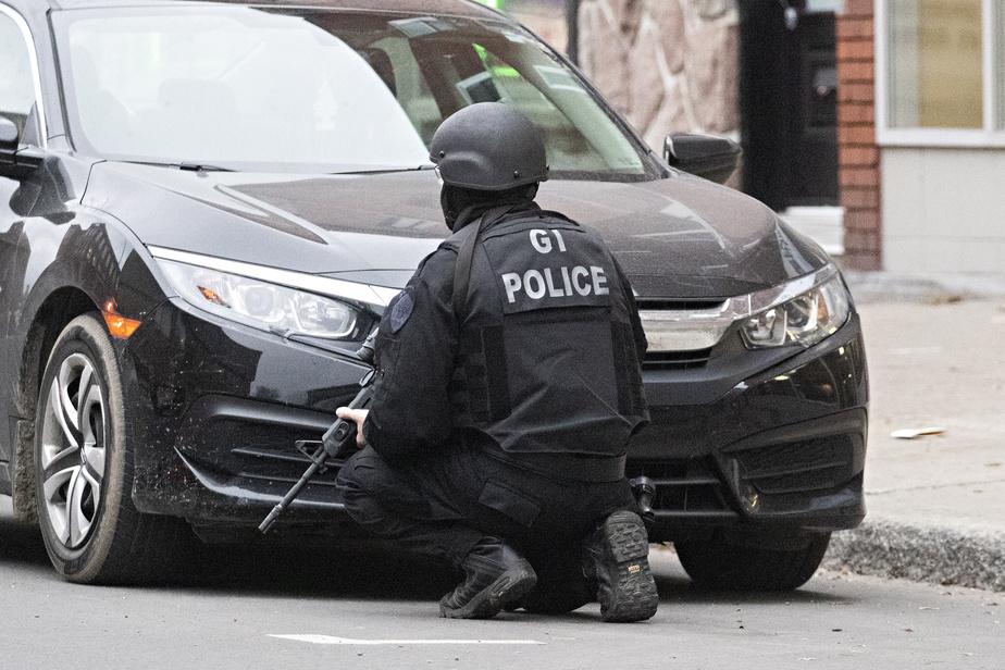 La situation a conduit à l'établissement d'un important périmètre policier au coin du boulevard Saint-Laurent et de la rue Saint-Viateur, en début d'après-midi vendredi.
