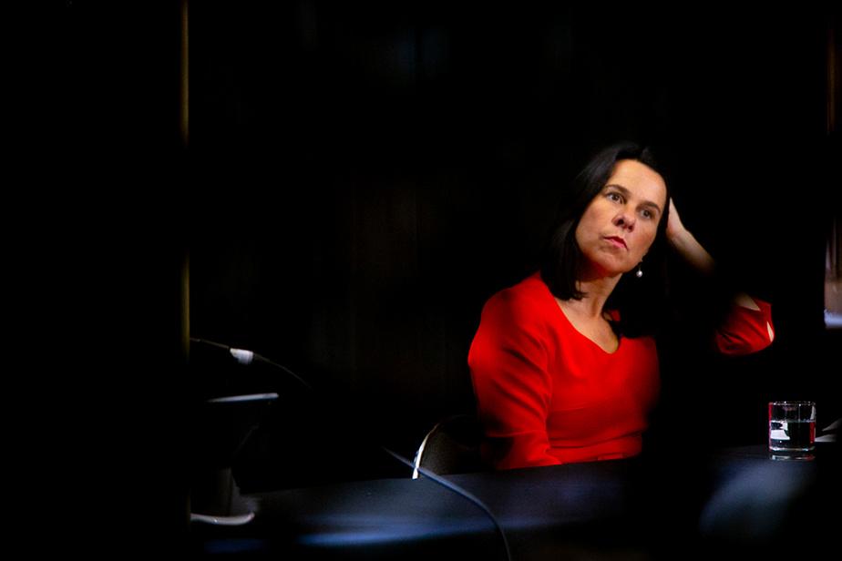 1er octobre 2020. La mairesse de Montréal, Valérie Plante, fait une pause en marge d'une présentation de la situation financière de la Ville.