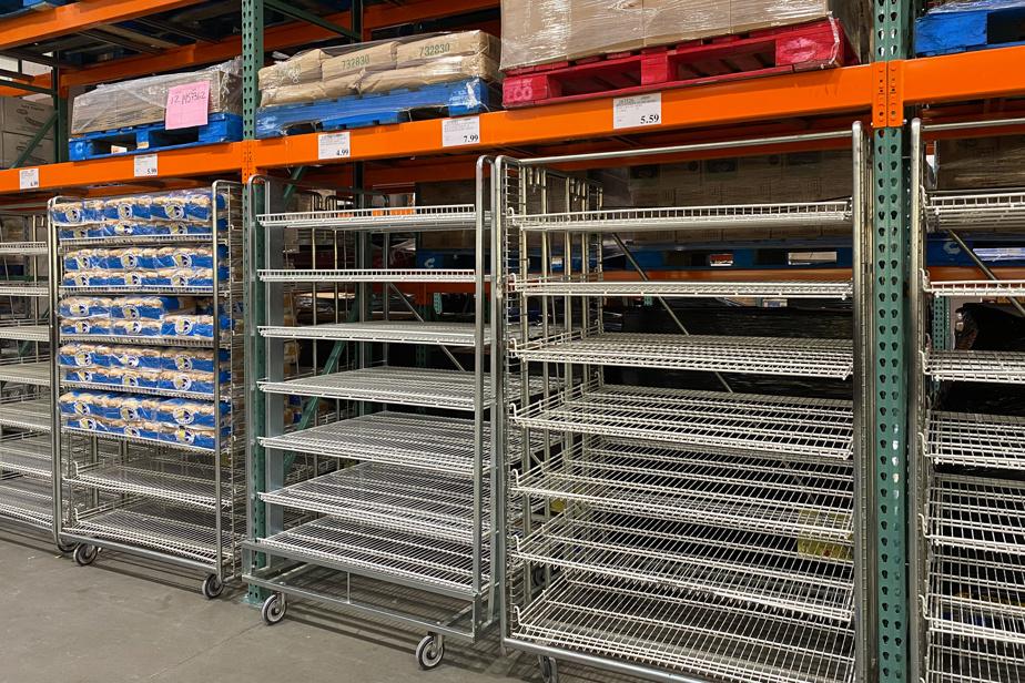 Des étagères de pains vides au Costco de Candiac