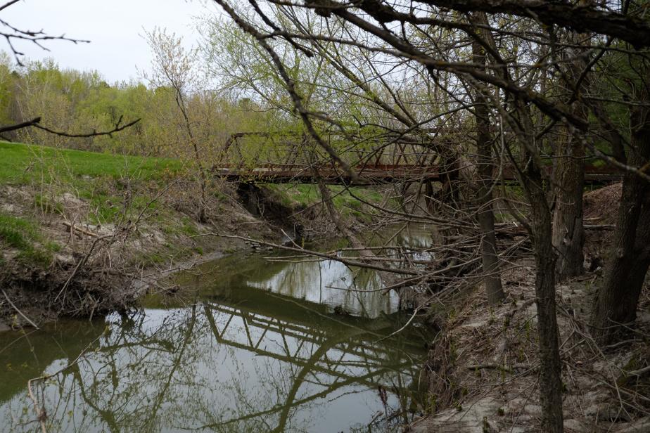 On emprunte le pont qui enjambe la rivière pour cheminer vers la cabane à sucre et l'érablière.