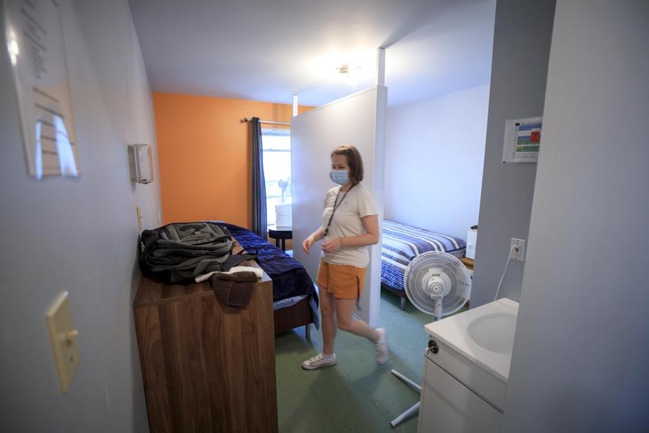 L'intervenante sociale Audrey Thibault montre une des chambres des résidants.