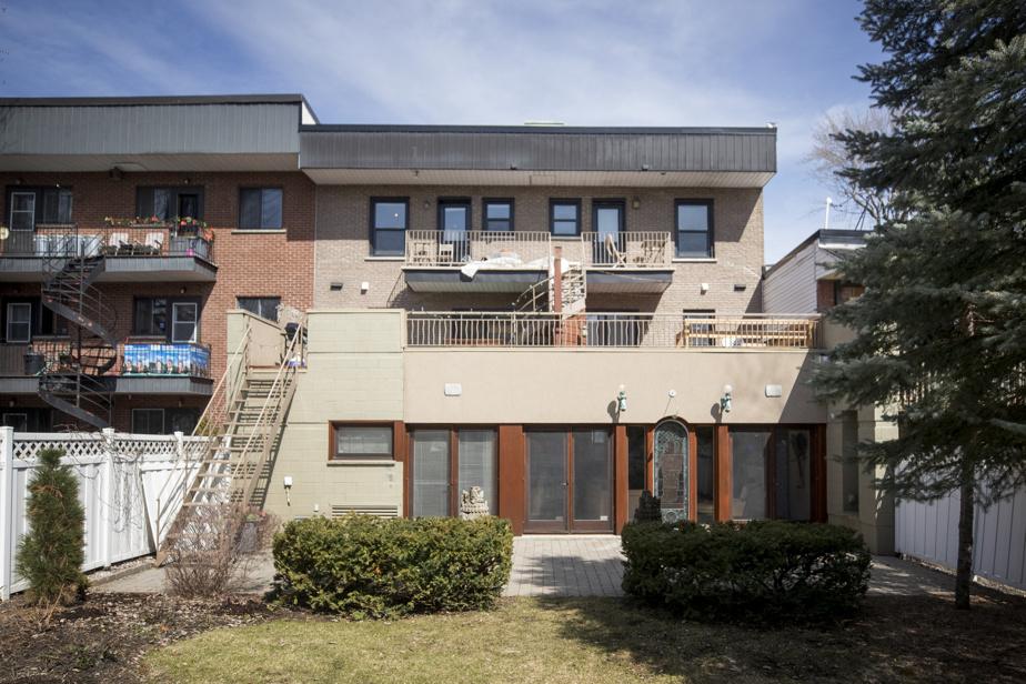 Une grande cour privée est à la disposition des propriétaires. Les locataires des deux logements au-dessus ont chacun accès à leur propre terrasse.