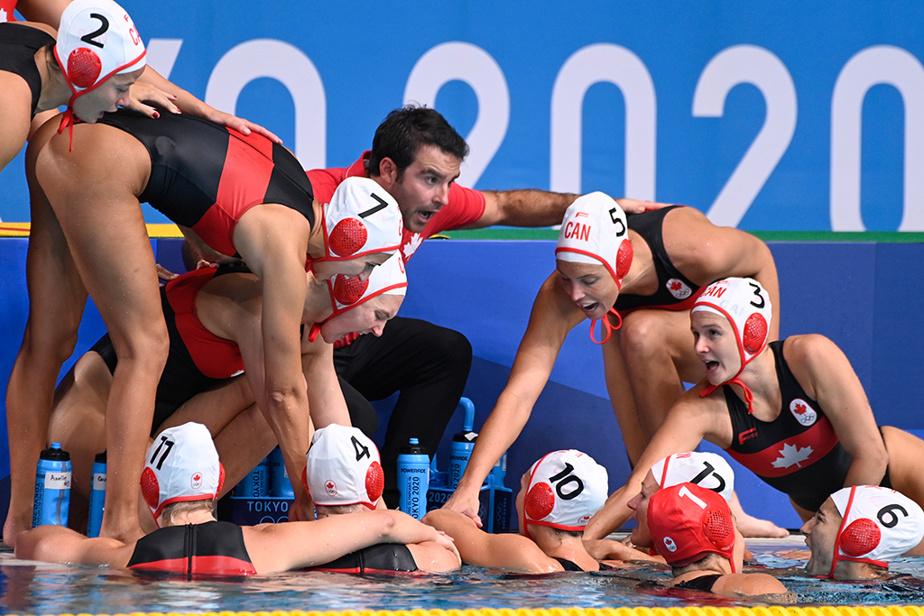 L'entraîneur-chef de l'équipe canadienne de water-polo féminin, DavidParadelo, regroupe ses joueuses avant le match de demi-finale face aux États-Unis.