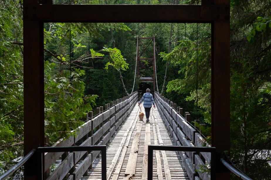 Un pont suspendu enjambe la rivière Ouareau, à Notre-Dame-de-la-Merci.