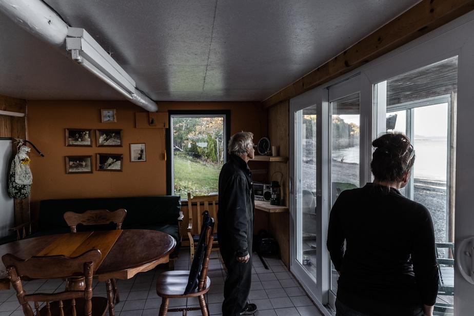 C'est dans la maison du pêcheur que la famille Gauthier surveille le poisson et la marée. La pêche se réalise surtout la nuit; l'endroit sert alors de repaire pour se protéger des vents froids du printemps et pour se reposer. Les vieilles photos accrochées au mur rappellent les scènes de pêche d'une autre époque.