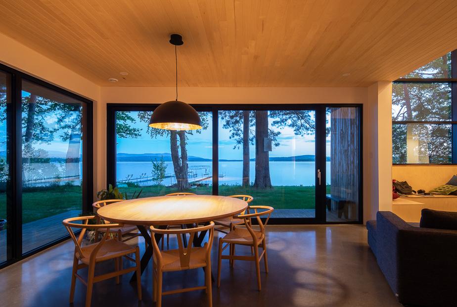 La vue «lac», devant la salle à manger.