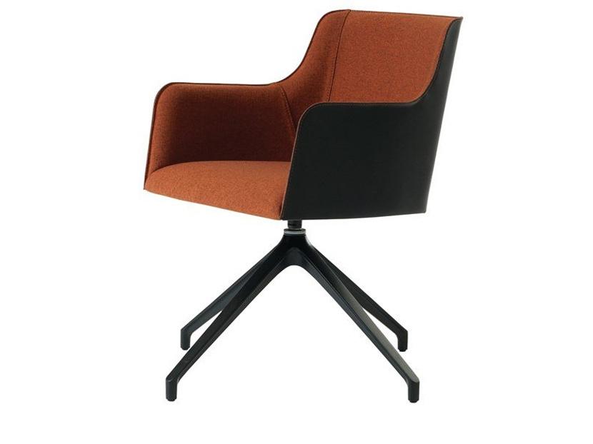 Les accoudoirs de cette chaise à piètement pivotant de Roche Bobois (Colette, 2195$) semblent inconfortables et risquent d'interférer avec la surface de travail. Le dossier, très droit, ne peut soutenir adéquatement le dos.