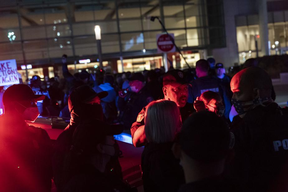 Les rues de Detroit étaient animées, jeudi soir, alors que des policiers tentaient de faire régner l'ordre entre des partisans de DonaldTrump et des contre-manifestants.