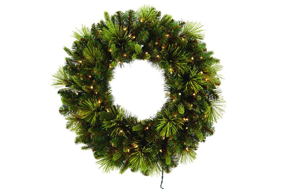 Le mélange de sapinages vert foncé et vert pâle donne une allure naturelle à cette couronne artificielle. Les lumières plutôt jaunâtres donnent un effet chaleureux. Offerte chez Canadian Tire.