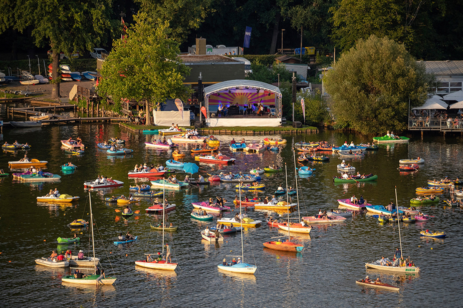 L'oreille musicale rencontre le pied marin. L'Orchestre philharmonique de Nuremberg se produit sur une scène au bord du lac Großer Dutzendteich devant des spectateurs venus l'écouter à bord de leur embarcation, à Nuremberg, le 1er août.