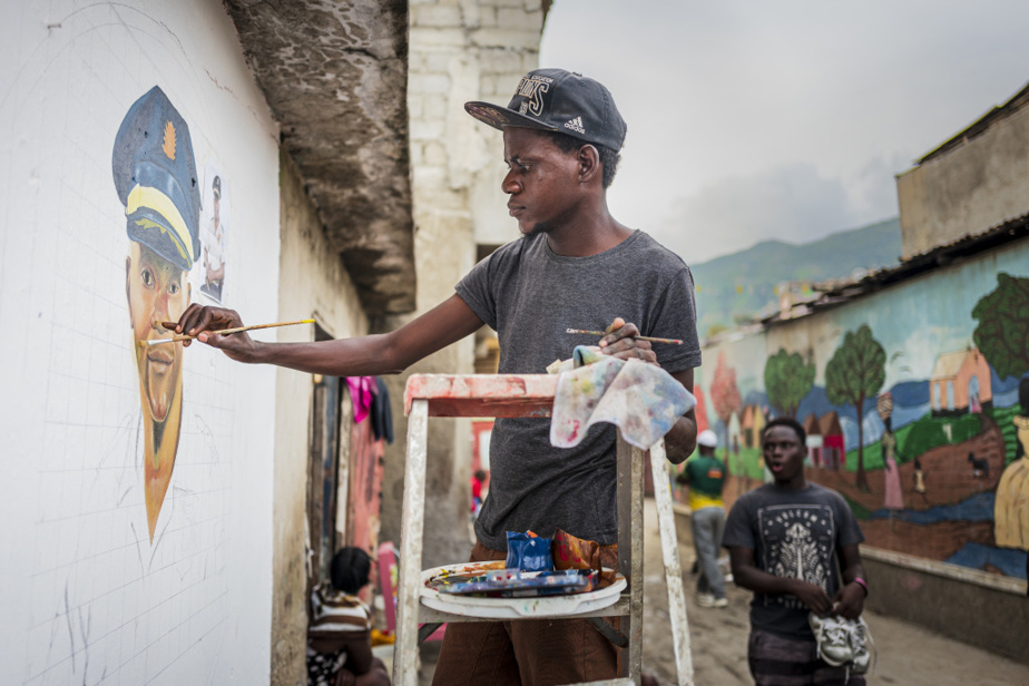 Jimmy Pasterin, étudiant en arts visuels, peint une œuvre murale dans le bidonville de Barrière Bouteille, en hommage à Ferere Telfort, un agent de la Police nationale d'Haïti qui habitait le quartier. Ce dernier a été abattu le 26décembre par des «bandits non identifiés», à une intersection, alors qu'il était en service.