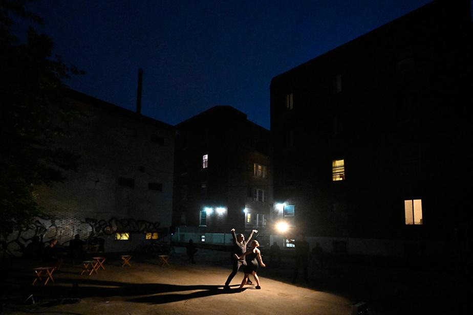 28 août 2020. La compagnie de danse montréalaise Cas Public présente son nouveau spectacle extérieur Love Me Tenderv.1– Ombre de la nuit, qui a la particularité d'être présenté à la tombée de la nuit.