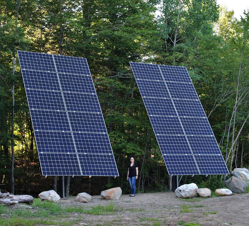 Orientés vers le sud-ouest, les panneaux solaires installés sur le terrain sont impressionnants. Le système solaire répond amplement aux besoins de la famille d'avril à septembre.