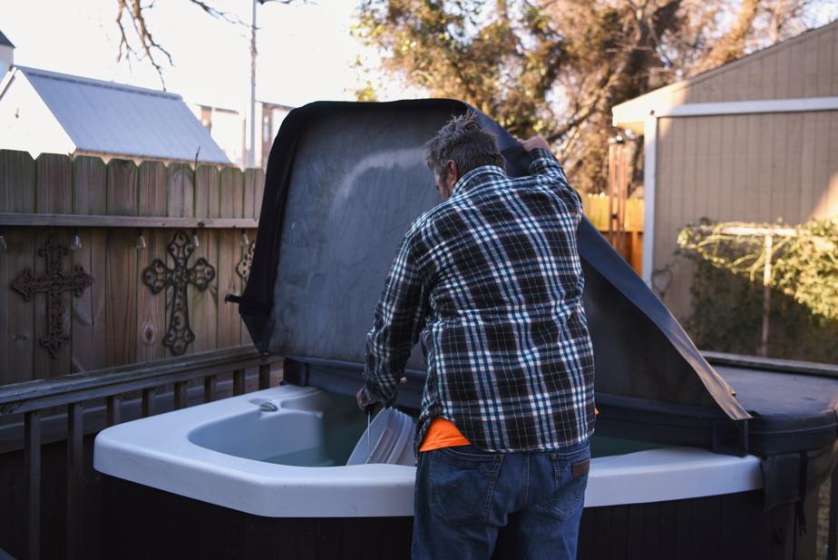 Jay Farrell tuvo que recoger agua en su jacuzzi para descargar el inodoro.