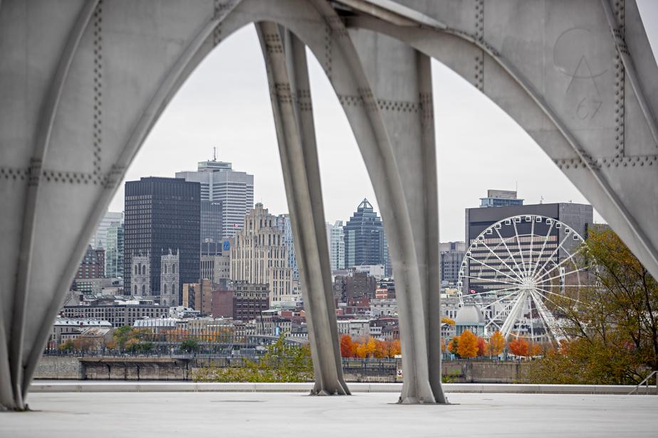 Le centre-ville de Montréal vu sous la sculpture L'homme, d'Alexander Calder.