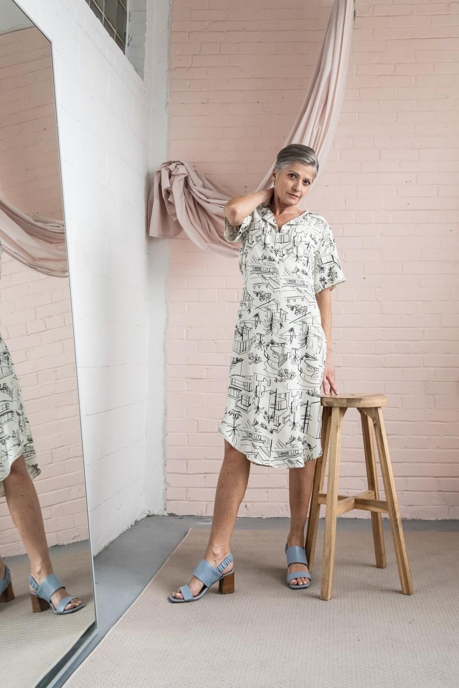 La robe Agiba de Mas (164$) a été conçue en vue des séjours à la plage. Avec sa ceinture qui se porte à l'avant ou à l'arrière, elle est ajustable à la taille.