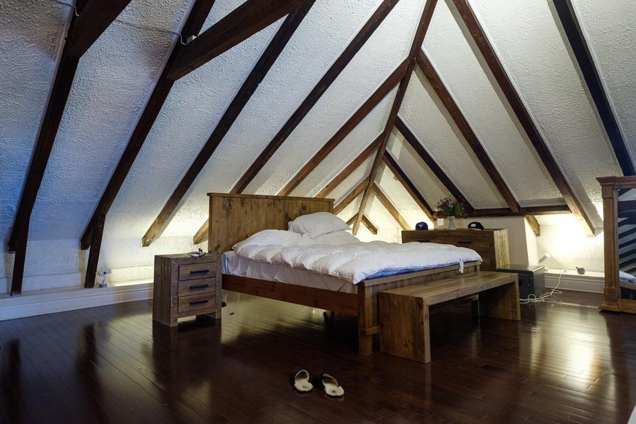 Le propriétaire a métamorphosé le grenier, qui comptait cinq bureaux sous un plafond bas. Il a tout arraché et a fait refaire le plancher. Les poutres ont retrouvé leur beauté.