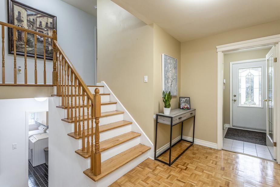 L'entrée et l'escalier qui mène à l'étage