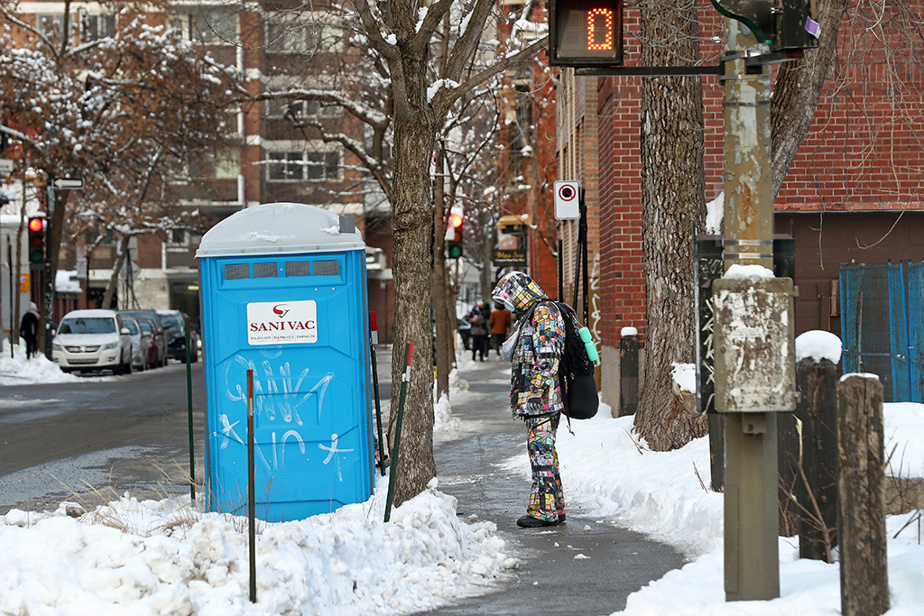 Un passant s'arrête devant la toilette portable dans laquelle Raphael André, dit «Napa», s'est éteint près d'un refuge pour sans-abri qu'il avait l'habitude defréquenter.