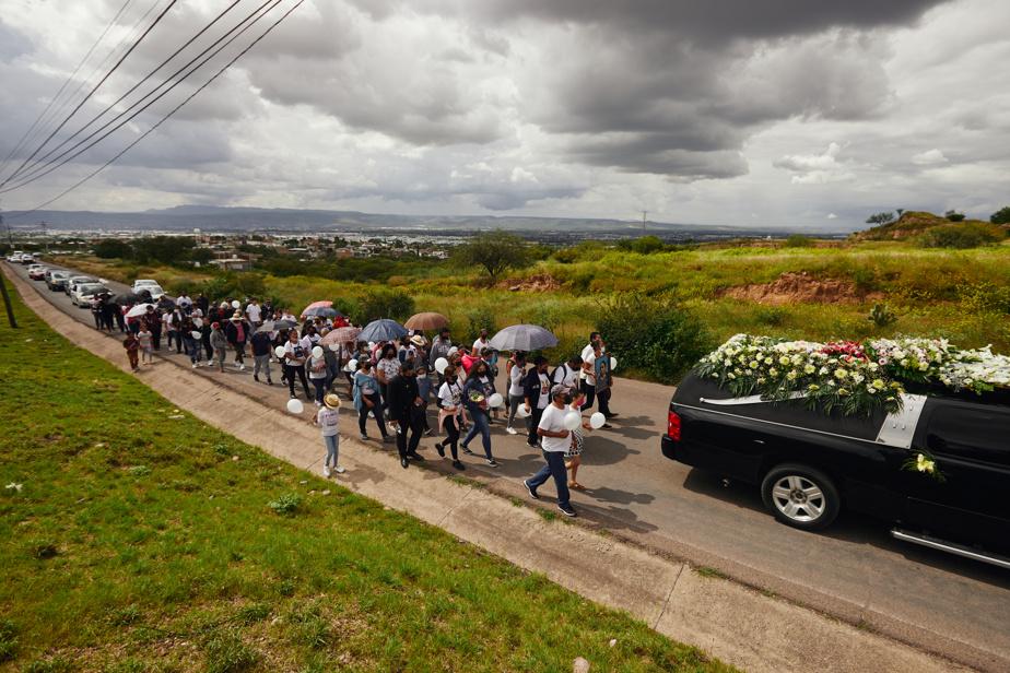 Le corbillard transportant la dépouille de Jeanette Zacarias Zapata était suivi de nombre de ses proches.