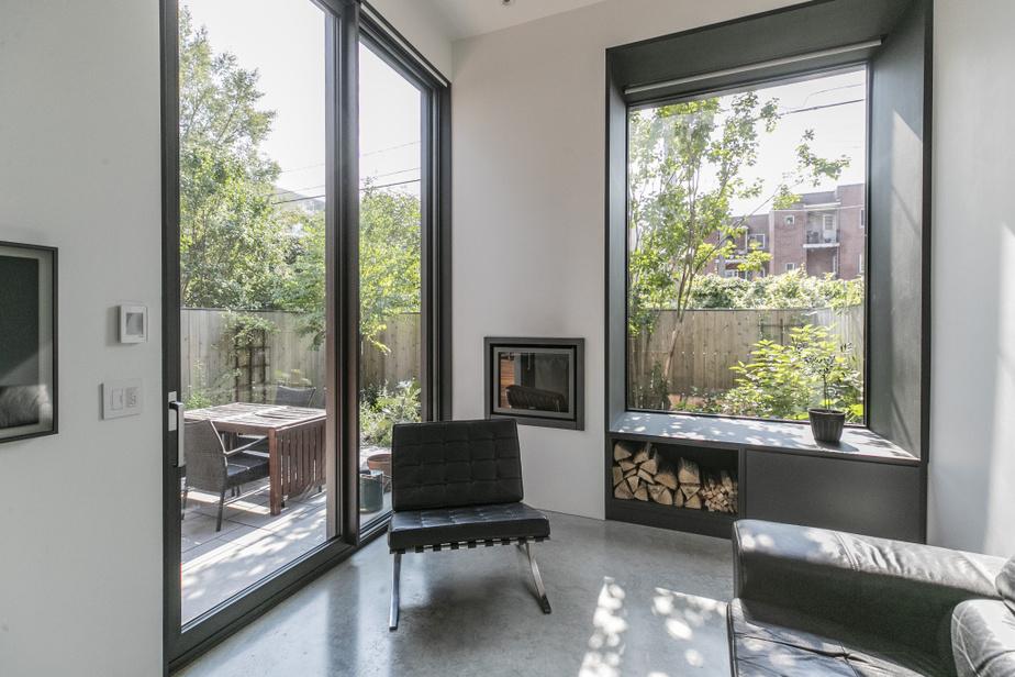 Quand on se trouve dans la pièce additionnelle, on a l'impression d'être dans le jardin. Aussi, l'ajout affirme résolument son côté moderne, notamment avec ses grandes ouvertures et son plancherde béton.