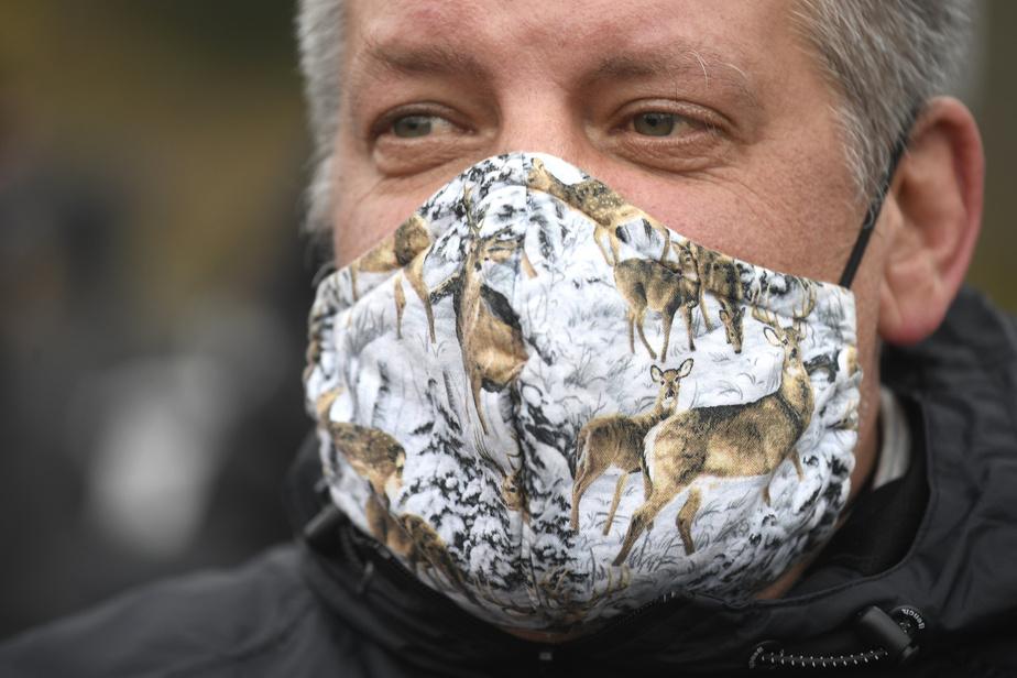 Un manifestant s'opposant à l'abattage de cerfs au parc Michel Chartrand. Pas de message, un simple motif lui permet, dans le contexte, d'afficher son soutien.