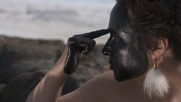Mask making with a fly visitor [Fabrication de masque avec mouche visiteuse], 2017, Laakkuluk Williamson-Bathory, photographie de plateau tirée de Timiga, Nunalu Sikulu (Mon corps, la terre et la glace).