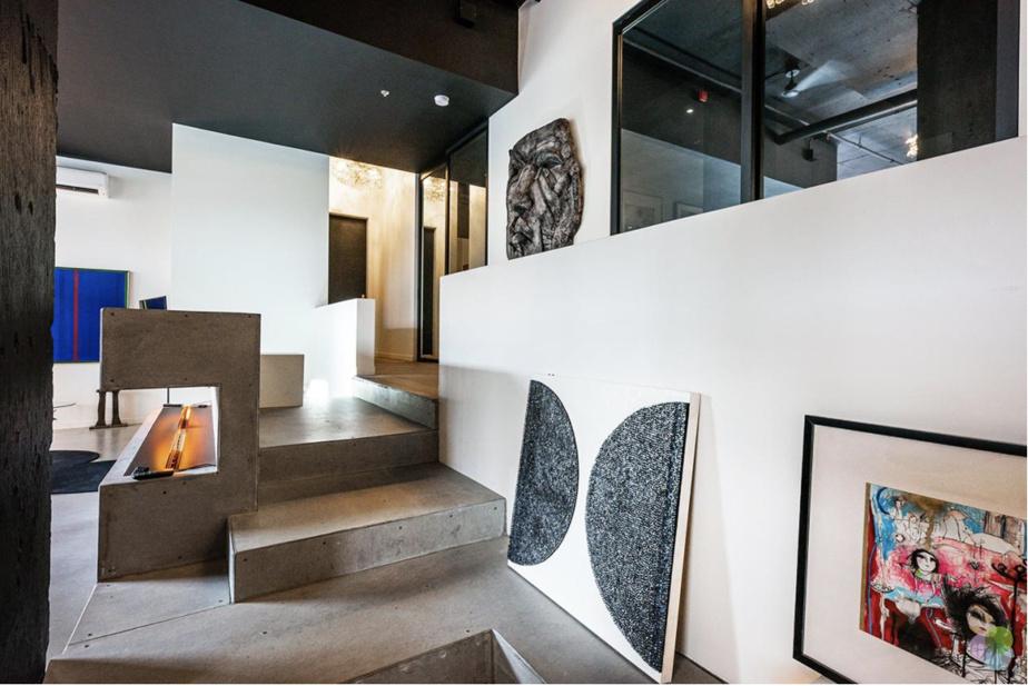 Il faut grimper quelques marches pour atteindre les trois chambres et les cinq salles de bains.