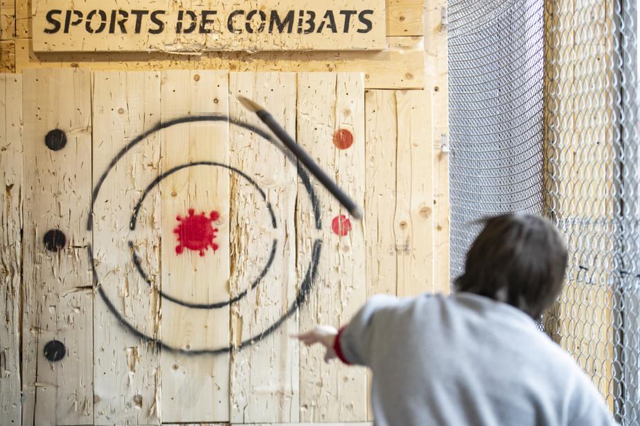 Besoin de défoulement pendant la COVID-19? Chez Sports de combats, il est possible, entre autres, de lancer des haches, couteaux et lances à des cibles COVID-19 ou de se défouler en fracassant des assiettes ou d'autres objets avec des bâtons dans une cage spécialement conçue à cet effet.