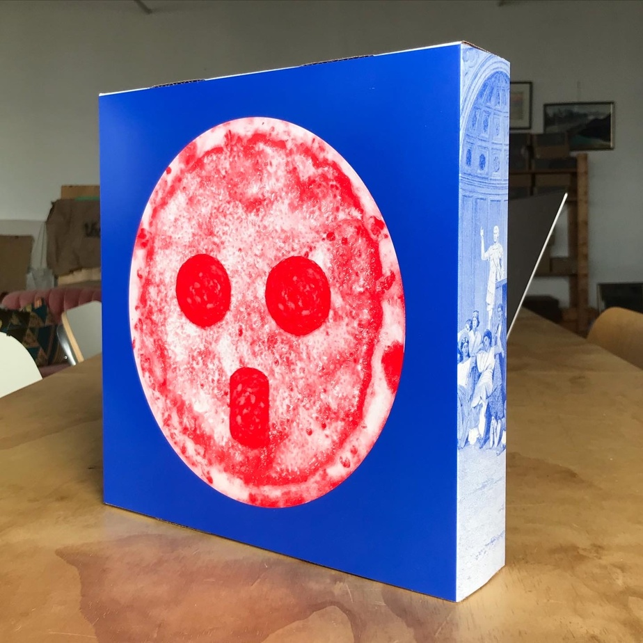 Le recto du coffret réalisé par Doyon-Rivest. Une référence à la pizza des soirées de hockey et au masque de JacquesPlante.