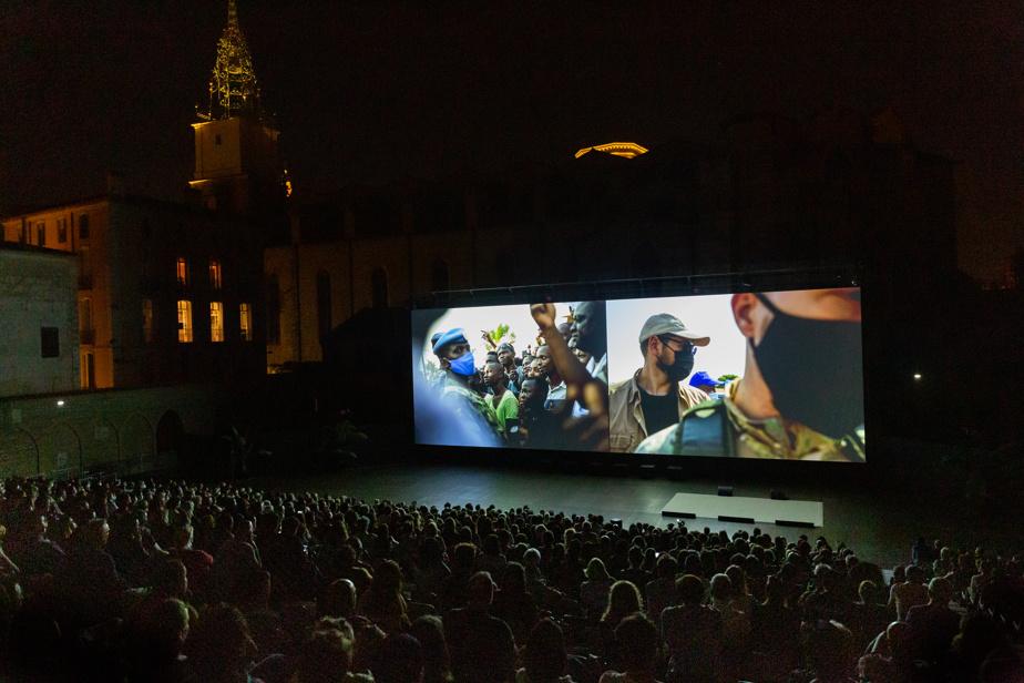 Près de 1500personnes ont assisté à la projection d'une dizaine de projets photographiques. Des présentations extérieures auront lieu cinq soirs dans le théâtre municipal, et les œuvres seront rediffusées gratuitement sur le site internet dufestival.