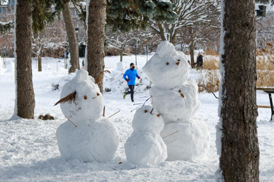 Les parcs montréalais sont peuplés de centaines de bonshommes de neige, dont ce trio au parc Jarry, dans le quartier Villeray.