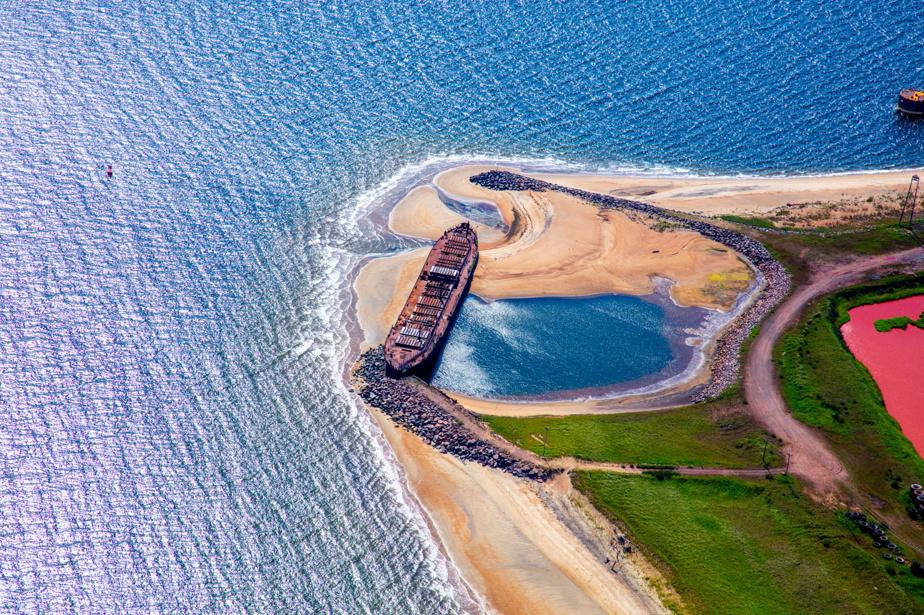 Une plage s'est formée autour d'une épave près du secteur industriel de Sept-Îles.