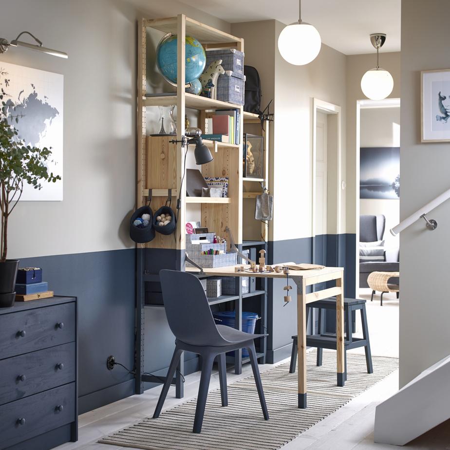 Les produits ayant plusieurs fonctions gagnent à être considérés, souligne Heena Saini, d'IKEA Canada. La collection Ivar, par exemple, comporte différents éléments, qui peuvent être agencés selon les besoins. Une table pliante, une bibliothèque, des armoires et des tiroirs figurent parmi les options offertes. En pin non verni, les éléments peuvent être peints afin de mieux s'intégrer dans le décor.