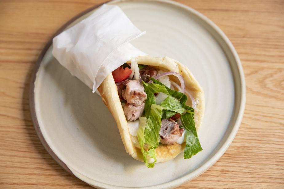 La Kéfi Taverna se spécialise dans les mets de taverne grecque traditionnelle, dont des pitas souvlakis, comme celui-ci au poulet.