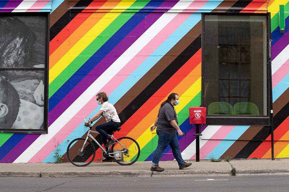 Rue Atateken, au coin de Sainte-Catherine, dans le Village gai, à Montréal