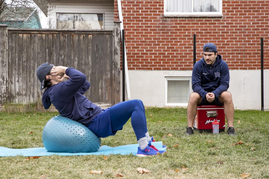 Avec la fermeture des gyms en zone rouge, Rafaël Harvey-Pinard et Joël Teasdale s'entraînent avec les moyens du bord dans la cour arrière de Teasdale, à Blainville.