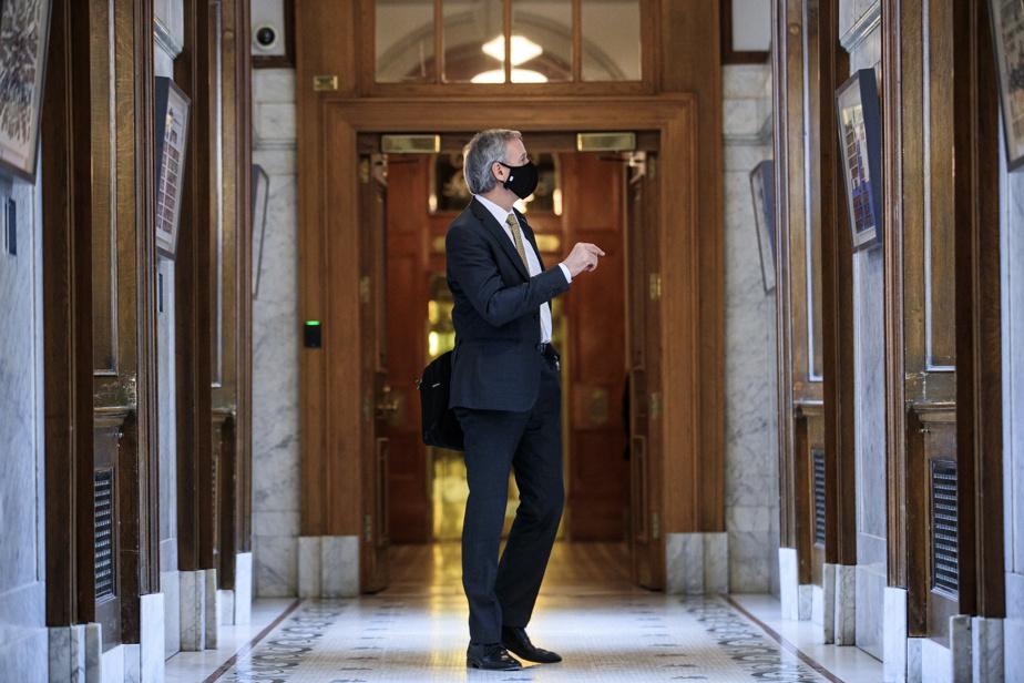 André Lamontagne s'arrête dans le couloir du parlement pour regarder une photo de son oncle, ancien député libéral qui a siégé dans les années1970.