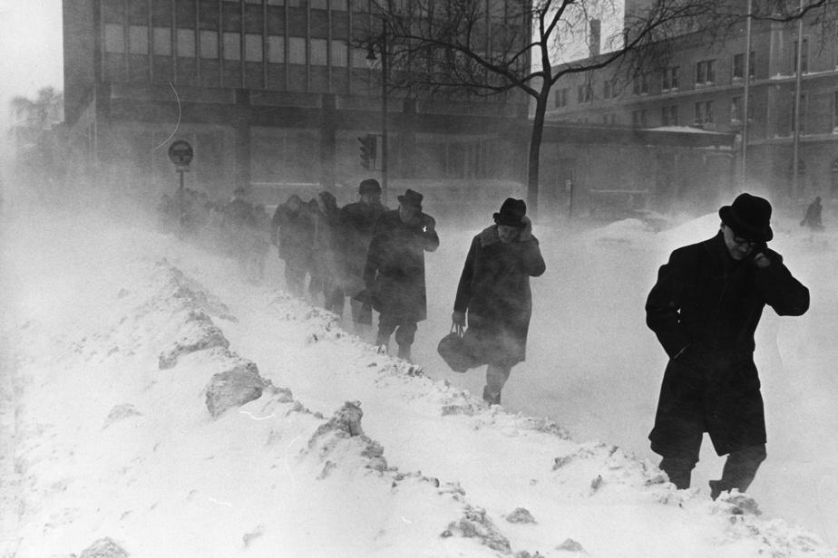 Scène d'hiver croquée à Montréal en 1966. Il s'agissait de la pire tempête depuis 12ans, les stations météorologiques ayant enregistré des précipitations de 33centimètres de neige, ce qui ne s'était pas vu depuis 1954.
