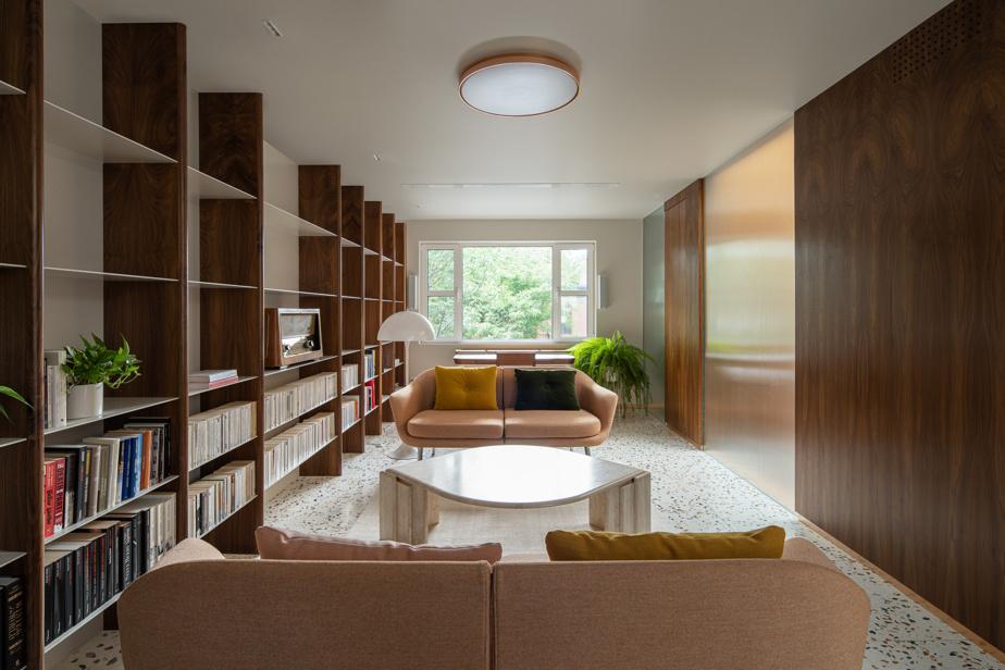 Les meubles ont été soigneusement sélectionnés pour refléter l'esprit des années1950: sofa Normann Copenhagen, lampe Louis Poulsen et bibliothèque réalisée sur mesure.