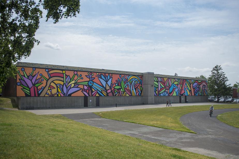 Le Jardin (2017), par Mono Gonzalez, assisté par le collectif AAVNM, au 11575, avenue P. -M. -Favier. Cette immense œuvre murale, qui orne le mur de l'école secondaire Lester-B.-Pearson, est l'œuvre de l'artiste militant chilien Alejandro «Mono» Gonzalez, une figure importante de l'histoire de l'art mural en Amérique latine.