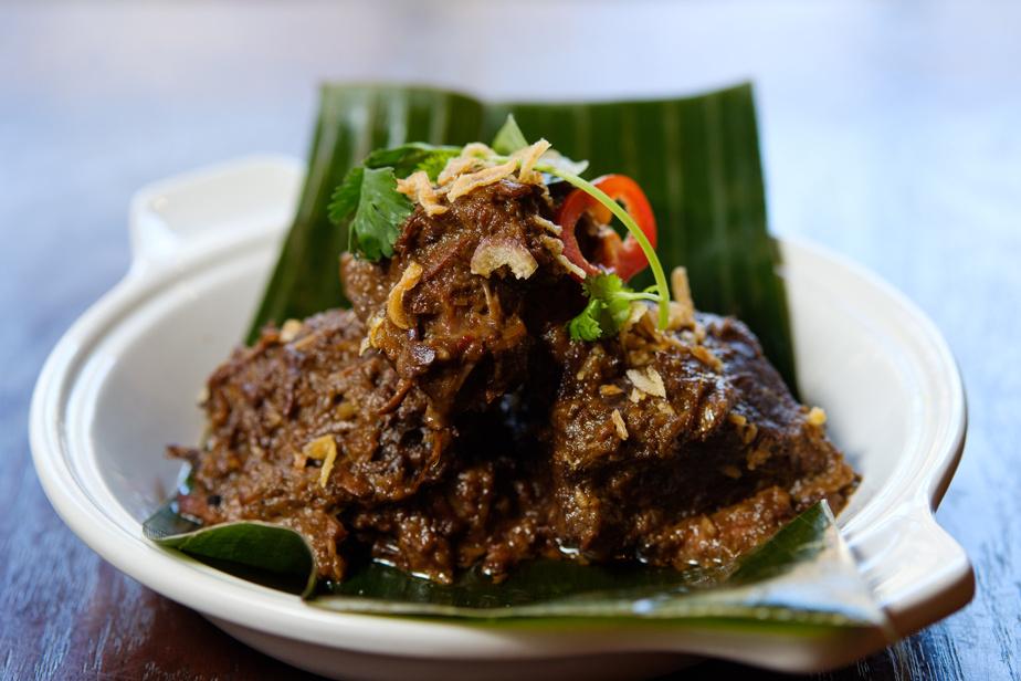 Daging sapi rendang yang mirip dengan enam jam ini merupakan masakan klasik Indonesia yang berasal dari pulau Sumatera Utara.