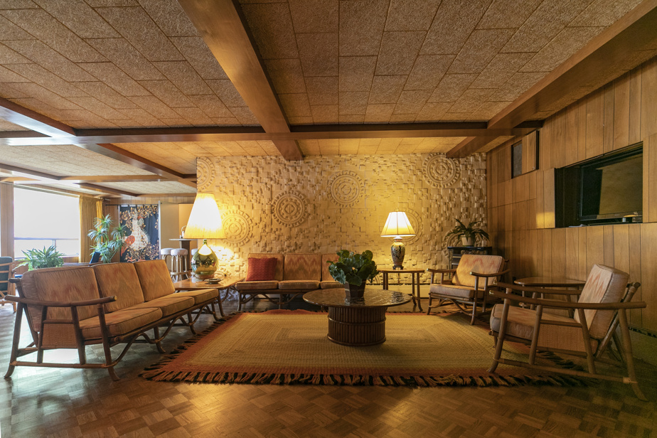 La salle familiale, à laquelle a été intégré un mur d'inspiration inca.