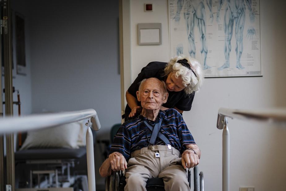 Paul, 95ans, fait des exercices dans la salle d'entraînement du centre d'hébergement de Graested.