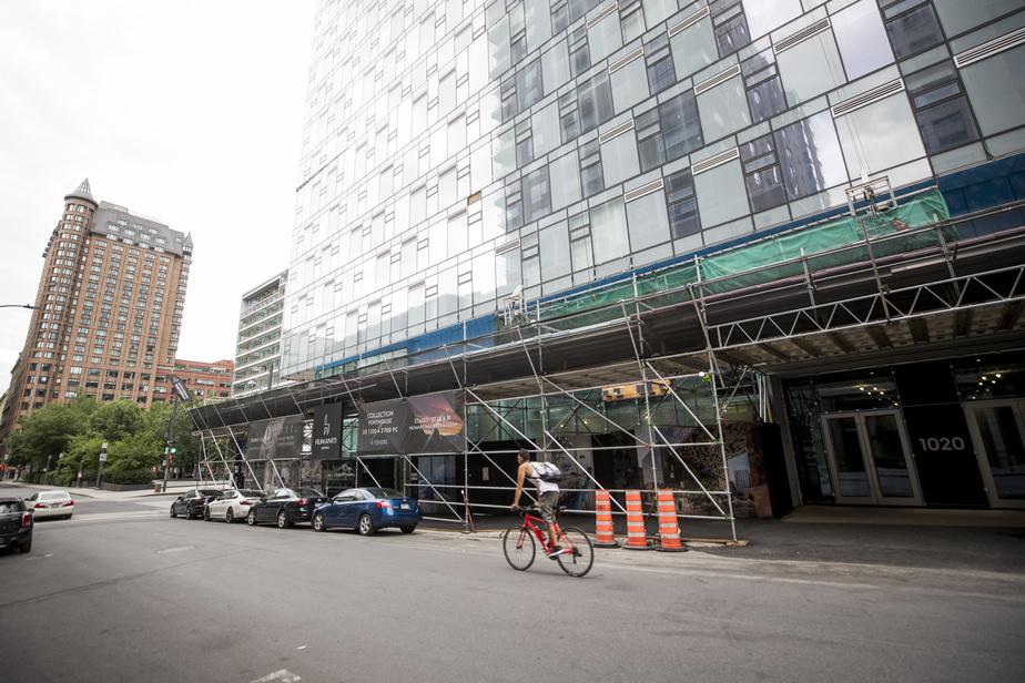 La construction du complexe Humaniti Montréal n'est pas encore achevée. Ce dernier se dresse en face de la place Jean-Paul-Riopelle. L'infrastructure urbaine permet un style de vie actif. Le pointage pédestre est de 90 et le pointage cyclable est de 85.