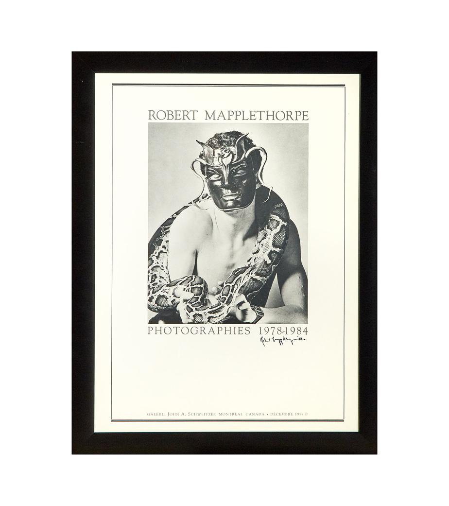 Affiche de l'exposition Robert Mapplethorpe présentée à la galerie John A. Schweitzer en 1984, la première exposition personnelle canadienne consacrée au photographe américain Robert Mapplethorpe (1946-1989).